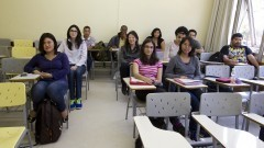 Professora Lica Hashimoto e seus alunos de Literatura japonesa. Foto: Marcos Santos/USP Imagens