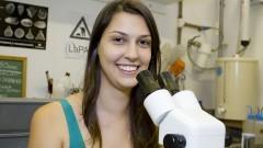 Mariane Valério Gonzales (Estudante de Graduação - Oceanografia) participa do Projeto: Faça um Fóssil muito Fácil. Foto: Marcos Santos/USP Imagens