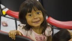 """Detalhe de menina indígena presente no III Fórum """"A Presença Indígena em São Paulo"""" - Saúde e educação indígena: oralidade, cultura e políticas públicas. Foto: Marcos Santos / USP Imagens"""