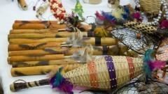Detalhe de peças produzidas por povos indígenas. Foto: Marcos Santos/USP Imagens