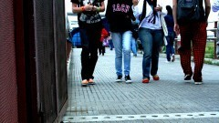 Estudantes caminham na passarela da estação USP Leste