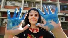 Caloura com mãos pintadas participa das atividades de integração entre bixos e veteranos no primeiro dia de matrícula no Instituto de Psicologia (IP). Foto: Marcos Santos/USP Imagens
