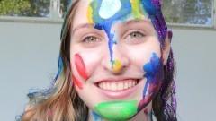 Caloura com rosto pintado participa das atividades de integração entre bixos e veteranos no primeiro dia de matrícula no Instituto de Relações Internacionais (IRI). Foto: Marcos Santos/USP Imagens