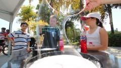 Jovens participam das atividades da 1ª Virada Científica. Garotos fazem bolhas de sabão durante o evento. Foto: Marcos Santos/USP Imagens