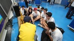 Alunos reunidos para as explicações do monitor durante a primeira Virada Científica da Universidade. Foto: Marcos Santos / USP Imagens
