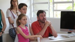 Família acompanha as explicações na Estação Sismográfica  do IAG (Instituto de Astronomia, Geofísica e Ciências Atmosféricas) durante a primeira Virada Científica da Universidade. Foto: Marcos Santos / USP Imagens