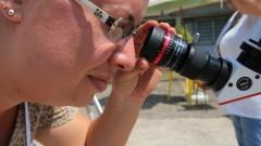 Mulher observa o telescópio do sol durante a 1ª Virada Científica da Universidade. Foto: Marcos Santos / USP Imagens