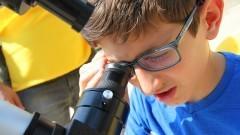 Garoto observa o telescópio do sol do IAG (Instituto de Astronomia, Geofísica e Ciências Atmosféricas) durante a primeira edição da Virada Científica da Universidade. Foto: Marcos Santos / USP Imagens