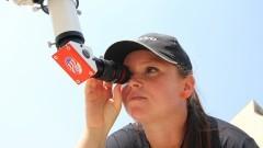Mulher observa o telescópio do sol do IAG (Instituto de Astronomia, Geofísica e Ciências Atmosféricas) durante a primeira edição da Virada Científica da Universidade. Foto: Marcos Santos / USP Imagens