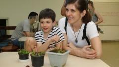 Mãe e filho acompanham a explicação de monitor na Estação Biologia do IB (Instituto de Biociências) durante a primeira edição da Virada Científica da Universidade. Foto: Marcos Santos / USP Imagens