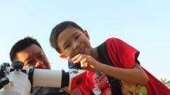 Menino observa o telescópio do sol do IAG (Instituto de Astronomia, Geofísica e Ciências Atmosféricas) durante a primeira edição da Virada Científica da Universidade. Foto: Marcos Santos / USP Imagens