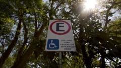 Placa de estacionamento para idoso. Foto: Marcos Santos/USP Imagens