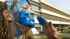 Veterano pintam caloura aprovada na ECA - Escola de Comunicações e Artes. Foto: Marcos Santos/USP Imagens