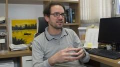Professor Beny Spira do Núcleo de Radioproteção monitora uso de radioisótopos nos laboratórios. Foto: Marcos Santos/USP Imagens