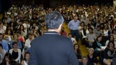 Detalhe de arquiteto japonês Kengo Kuma (costas) e público ao fundo na palestra realizada em 12/11/2014 no Auditório Ariosto Mila da Faculdade e Arquitetura e Urbanismo (FAU). Foto: Marcos Santos/USP Imagens