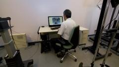 Operador técnico utilizando o Sistema Skyview (planetária) em computador. Este sistema é voltado para a digitalização de grandes formatos como mapas, cartazes e jornais mantendo altas resolução e qualidade. Foto: Marcos Santos/USP Imagens