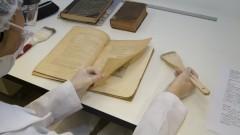 Higienização e conservação periódicas dos documentos no Laboratório de Conservação de obras Raras e Especiais do SiBi. Foto: Marcos Santos/USP Imagens