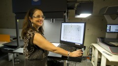 Professoa Dra. Sueli Mara Soares Pinto Ferreira, diretora do SiBi, faz demonstração do equipamento de Digitalização e Preservação Digital do Sibi. Foto: Marcos Santos/USP Imagens