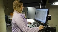 Operadora técnica do Laboratório de Digitalização e Preservação Digital do SiBi faz demonstração de equipamento. Foto: Marcos Santos/USP Imagens