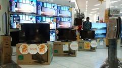 Interior de loja de eletrodomésticos com diversos televisores tela plana em shopping center. Foto: Marcos Santos/USP Imagens