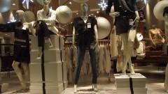 Vitrine de loja com diversas roupas femininas e manequins em shopping center. Foto: Marcos Santos/USP Imagens