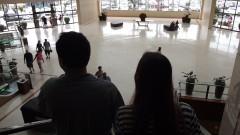 Vista de consumidores descendo escada rolante em shopping center. Foto: Marcos Santos/USP Imagens