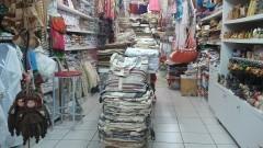 Interior de loja de artesanato em shopping center popular. Foto: Marcos Santos/USP Imagens