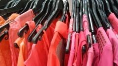 Detalhe de roupas femininas com cabides em loja. Foto: Marcos Santos/USP Imagens