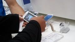 Detalhe das mãos de consumidor manuseando celular. Foto: Marcos Santos/USP Imagens