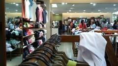 Interior de loja de roupas com diversos consumidores. Foto: Marcos Santos/USP Imagens