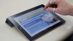 Dispositivo pessoal em formato de prancheta. Foto: Marcos Santos/USP Imagens