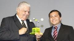 Marco Antonio Raupp Ministro de Ciência, Tecnologia e Inovaçãorecebe presente da organização da FEBRACE Foto: Marcos Santos/USP Imagens