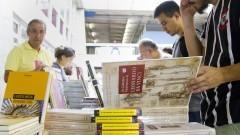Detalhe de público observando exemplares de livros de diversas editoras, espalhadas em bancas na 16ª Festa do Livro realizada nos dias 10, 11 e 12 de dezembro de 2014 na Escola Politécnica (EPUSP). Foto: Marcos Santos/USP Imagens