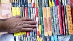Detalhe de mão de pessoa procurando livro dentre diversos exemplares na 16ª Festa do Livro realizada nos dias 10, 11 e 12 de dezembro de 2014 na Escola Politécnica (EPUSP). Foto: Marcos Santos/USP Imagens