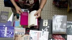 Detalhe de pessoa folheando livro dentre diversos exemplares na 16ª Festa do Livro realizada nos dias 10, 11 e 12 de dezembro de 2014 na Escola Politécnica (EPUSP). Foto: Marcos Santos/USP Imagens