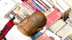 Detalhe de pessoa consultando livros dentre diversos exemplares na 16ª Festa do Livro realizada nos dias 10, 11 e 12 de dezembro de 2014 na Escola Politécnica (EPUSP). Foto: Marcos Santos/USP Imagens