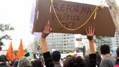 """Cartaz """"Reforma política já!"""" greve geral 2017 – George Campos / USP Imagens"""