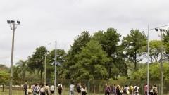 Novos alunos da Universidade caminham pelas ruas do campus. Foto: Marcos Santos/USP Imagens