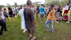 Calouros participam da roda de samba promovida pelos veteranos da FAU. Foto: Marcos Santos/USP Imagens