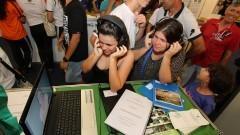Visitantes acompanham vídeo apresentado na 12ª edição da Feira Brasileira de Ciências e Engenharia (Febrace). Foto: Marcos Santos / USP Imagens