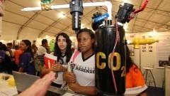 Estudantes acompanham a explicação de participante da 12ª edição da Feira Brasileira de Ciências e Engenharia (Febrace). Foto: Marcos Santos / USP Imagens