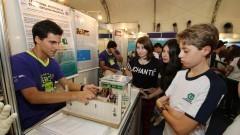 Grupo de alunos acompanha atentamente a explicação de expositor na 12ª edição da Feira Brasileira de Ciências e Engenharia (Febrace). Foto: Marcos Santos / USP Imagens