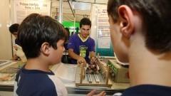 Visitantes acompanham atentamente a explicação de expositor na 12ª edição da Feira Brasileira de Ciências e Engenharia (Febrace). Foto: Marcos Santos / USP Imagens