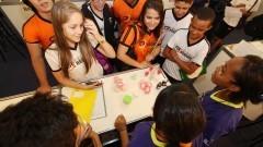 Detalhe para vista de cima de grupo de visitantes que acompanham a explicação de expositores na 12ª edição da Feira Brasileira de Ciências e Engenharia (Febrace). Foto: Marcos Santos / USP Imagens