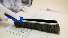 Técnica higieniza os documentos. Foto: Marcos Santos/USP Imagens