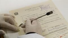 Técnica  repara documentos no Arquivo Geral. Foto: Marcos Santos/USP Imagens