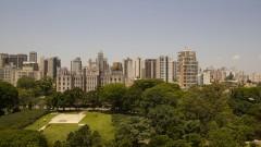 Vista e área verde com prédios ao fundo. Foto: Marcos Santos/USP Imagens