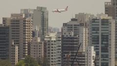 Avião e prédios da metrópole. Foto: Marcos Santos/USP Imagens
