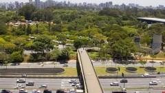 Passarela sobre a Avenida Pedro Álvares Cabral e ao fundo Parque do Ibirapuera. Foto: Marcos Santos/USP Imagens