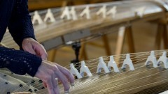 Okoto, é um instrumento musical de cordas, feito com uma madeira tradicional japonesa. Foto: Marcos Santos/USP Imagens